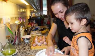 L'Anna ensenyant al Neizan a enfarinar mandonguilles.L'Anna ensenyant al Neizan a enfarinar mandonguilles.