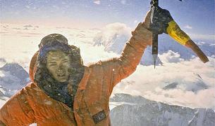 Nani Duró al cim del makalu amb l'Everest i el Lothse de fons. Va ser la primera dona andorrana a coronar un vuitmil.