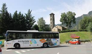 El bus turístic davant de l'església de Santa Coloma.