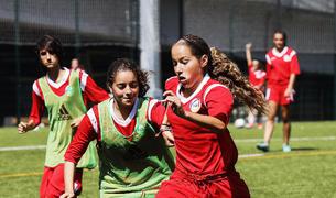 cada vegada hi ha més nenes que s'interessen pel futbol i que el practiquen.