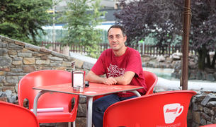 El Xavier acompanya la conversa amb una Coca-Cola.