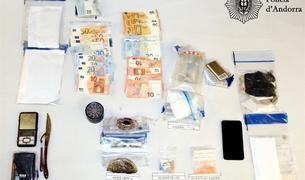 La policia va incautar als joves detinguts droga, estris per preparar les dosis i diners.
