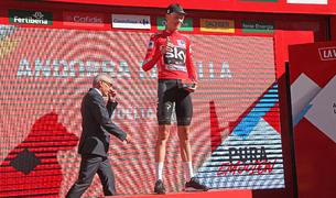 Chris Froome amb el mallot vermell de líder de la Vuelta al podi de l'etapa amb final a Andorra la Vella l'agost passat.