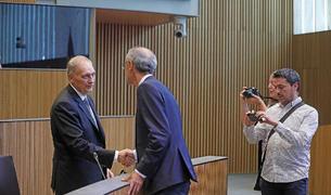 Toni Martí saludant Josep Pintat en una sessió del Consell General.
