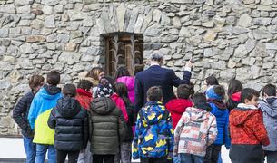 Martí amb un grup d'alumnes que ahir va visitar el Consell General i Casa de la Vall.