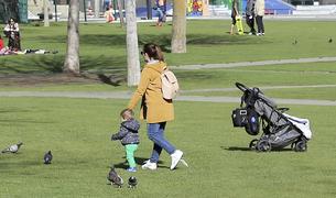 Una mare amb el seu fill jugant al Parc Central d'Andorra la Vella