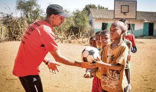 Atletisme i futbol són algunes de les activitats que realitzava amb els nens de Toliara.