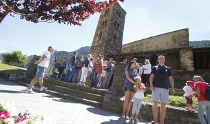 Grup de turistes visitant l'església de Sant Joan de les Caselles