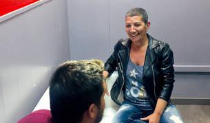 Cristina Segura fa 'coaching' amb adolescents al punt d'informació d'Encamp.