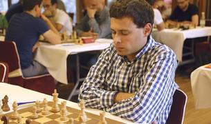 El gran mestre israelià disputant una partida de l'Open Internacional d'Andorra
