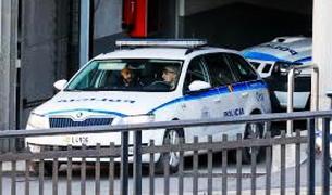 Un cotxe patrulla sortint de l'edifici de la policia.