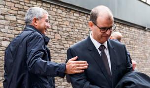 L'ex-conseller delegat de BPA, Joan Pau Miquel, saluda l'advocat Josep Anton Silvestre.