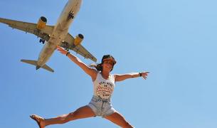 """Primer premi. L'espectacular imatge d'un salt sincronitzat amb el sobrevol d'un avió al Prat de Llobregat enviada per la Sandy Mas, que afirma que """"dona ales als seus desitjos"""", converteix l'encampadana en guanyadora del primer premi: un forfet de temporada per a Vallnord."""
