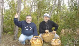 El boletaire pere mas i un company celebren que han omplert tres cistells