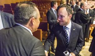 El ministre Espot saluda al director de la policia, Jordi Moreno