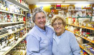 Lydia Magallón ha agafat el relleu de la botiga que va fundar la seva àvia l'any 1936 i on la seva mare ha treballat 37 anys