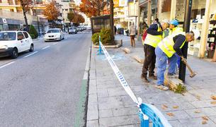 Tasques d'eliminació de les places d'aparcament a Prat de la Creu, avui