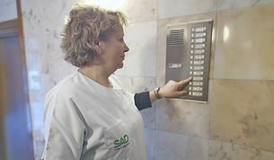 Una treballadora del SAD visitant una usuària
