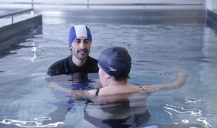 Una pacient del SAAS fent exercicis d'hidroteràpia a la nova piscina del centre