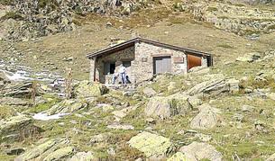 El refugi forma un amfiteatre amb el paisatge muntanyós