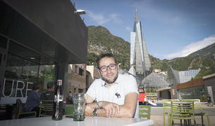 Jordi Farré a la terrassa del bar del Prat del Roure.