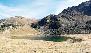 L'estany de siscaró ocupa una superfície d'una hectàrea
