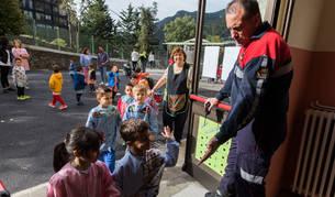 Els bombers fan periodicament simulacres d'incendis per que els centres escolars i altres sàpiguen com actuar