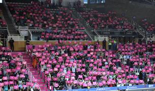 Mosaic i polseres pel càncer de mama en el partit del MoraBanc.
