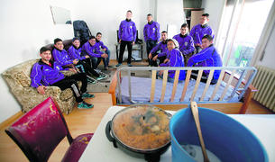 Els jugadors mexicans del CE Carroi, a la sala principal del pis que compartien a Sant Julià de Lòria l'any 2015.