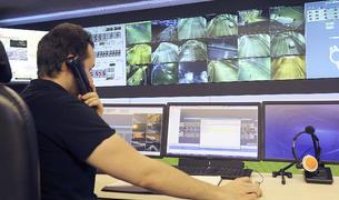 Un operari del Cenatra atén una trucada mentre controla el trànsit a les carreteres.
