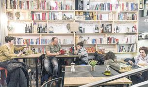 Un lloc diferent és el que busca el gastrobar Barra Mar's oferint literatura