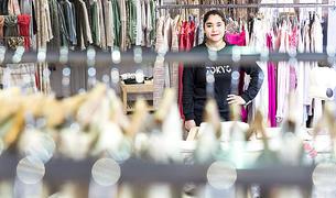 L'Iris Miño va deixar els estudis per posar-se a treballar i actualment ho fa en una botiga de la capital.
