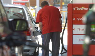 Un home posa benzina al vehicle