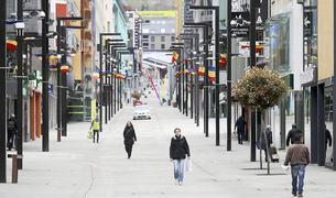 Imatge de persones passejant pel carrer fent ús de la mascareta.