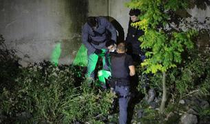 Tribaldos sent detingut per agents de la policia al llit del riu.