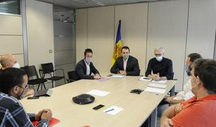 El ministre Jordi Gallardo i els representants del taxi