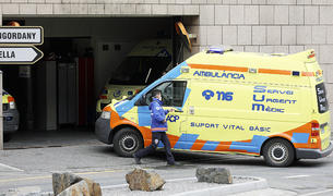 Un sanitari a l'entrada del Servei d'Urgències.