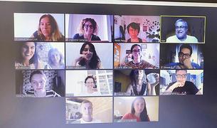 Professors i alumnes amb el crític de cinema Àlex Gorina.