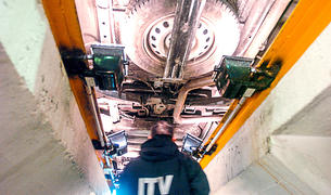Un tècnic realitzant una revisió a un vehicle.