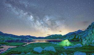 Calma i natura amb una llum molt especial del cel estrellat d'una nit d'estiu reflecteix la fotografia guanyadora del concurs del 2020. La instantània és obra de Sofía Cornejo del dia que celebrava l'aniversari a l'estany de Montmalús i li permet gaudir d'un forfet de  temporada per esquiar a Grandvalira.