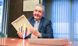 L'excap de Govern Jaume Bartumeu amb el llibre 'Evolució dels Microestats Europeus'.