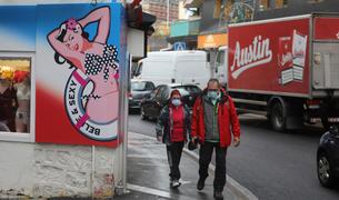 Turistes passegen per un carrer del Pas de la Casa.