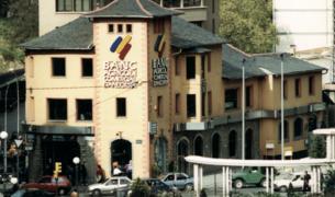 Façana de Banc Agrícol i comercial a principi dels 90, a la plaça de la Rotonda
