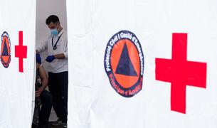 Un infermer vacuna un ciutadà ahir al centre de vacunacions