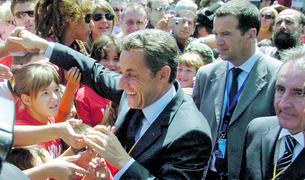 Sarkozy saludant els ciutadans que es van desplaçar a la plaça del Poble.
