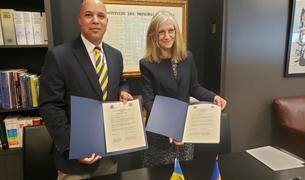Elisenda Vives, i el seu homòleg de Barbados, François Jackman, han signat l'acord a Nova York