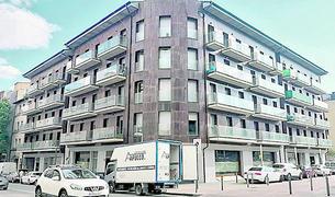 El bloc de pisos ocupats a la plaça Europa.