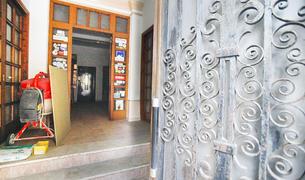 L'entrada a l'edifici que fins a final del 2003 va ser un hotel.