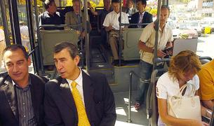 Les autoritats a bord del primer bus exprés, durant la inauguració del servei.
