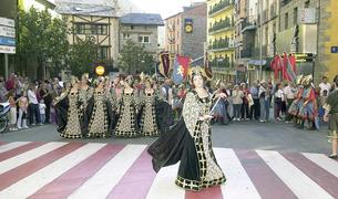 La desfilada de moros i cristians pels carrers d'Encamp va atreure un públic nombrós.